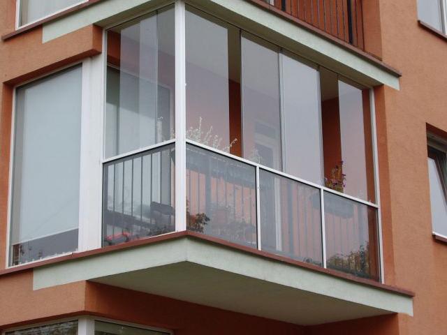 Остекление балконов и лоджий в москве. цена от 18 000 руб..